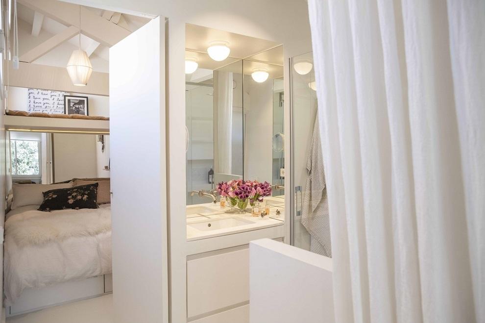El cuarto de baño comunica ambas habitaciones.