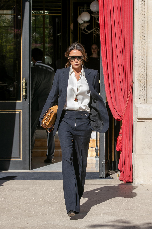 Victoria Beckham con un sastre negro.