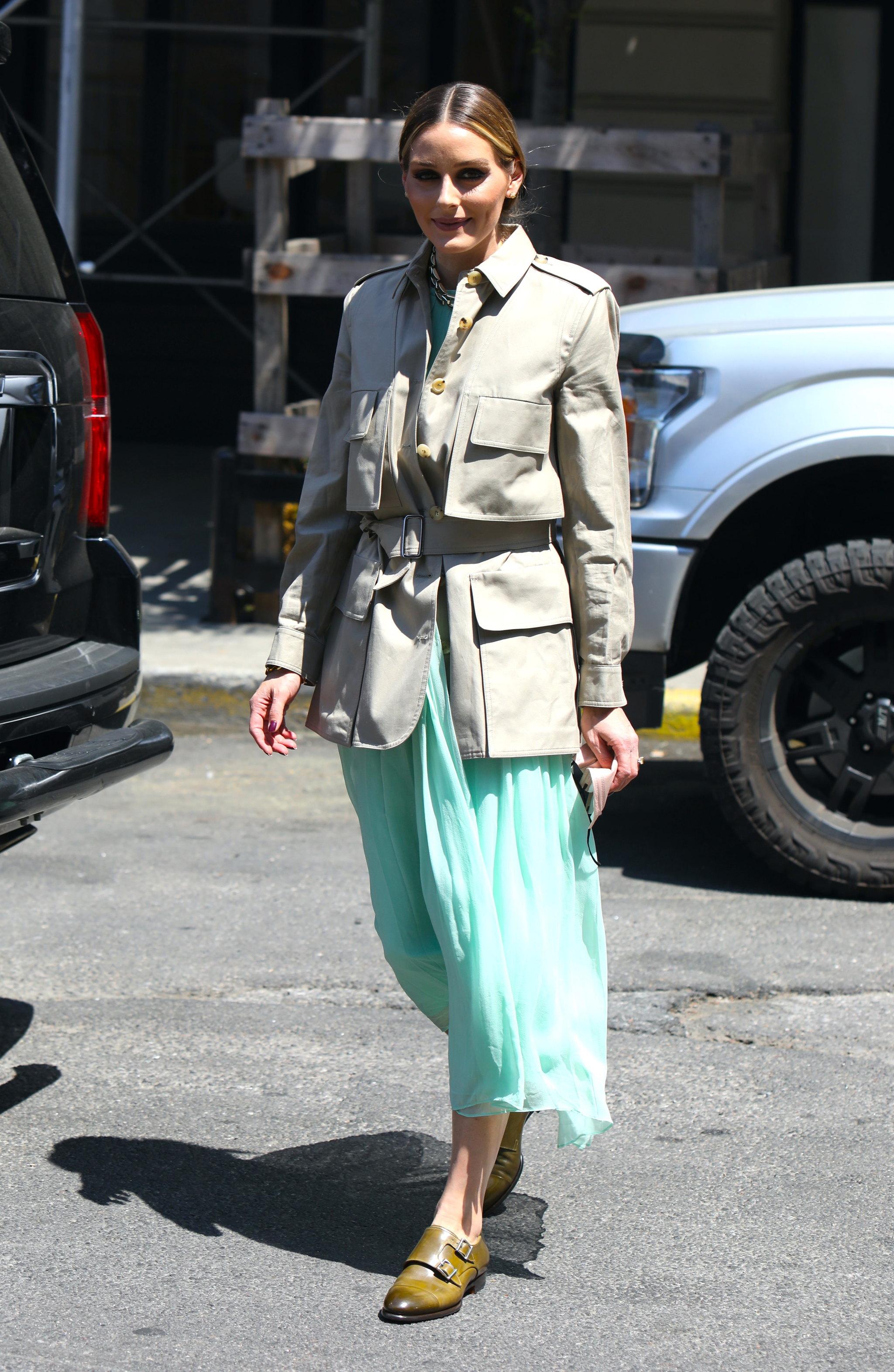 Olivia Palermo con falda midi y chaqueta tipo sahariana