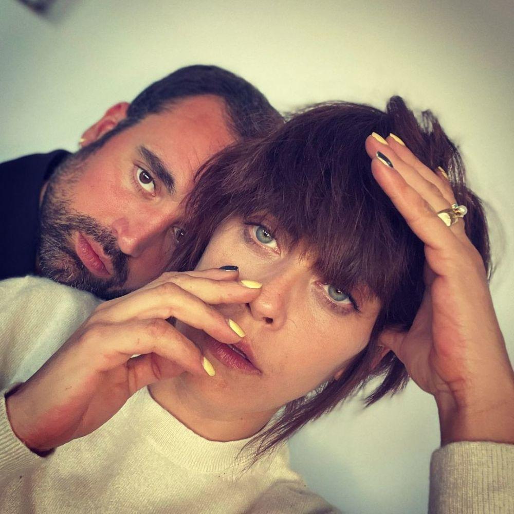 El amarillo es pura tendencia para pintar tus uñas y la actriz María León ya las lleva en este color tan veraniego.