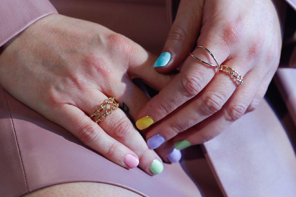 Blanca Suárez es la mejor embajadora del nail art y este verano de la manicura arcoíris en tonos pastel con sus dedos llenos de anillos.