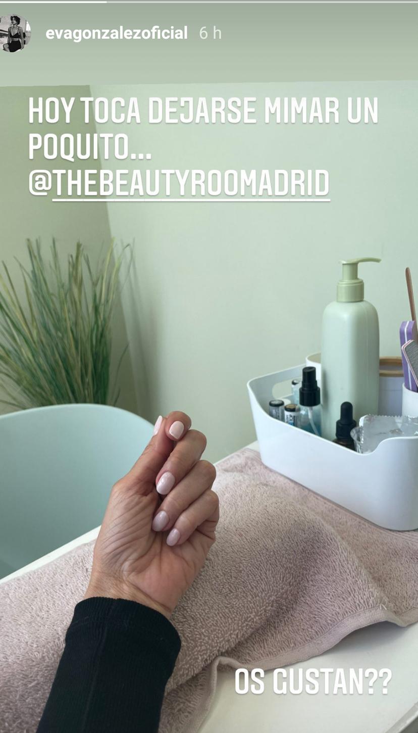 Las uñas rosas de Eva González son otras de las tendencias que arrasan esta temporada porque hacen las manos mucho más estilizadas y destacan el tono de piel.