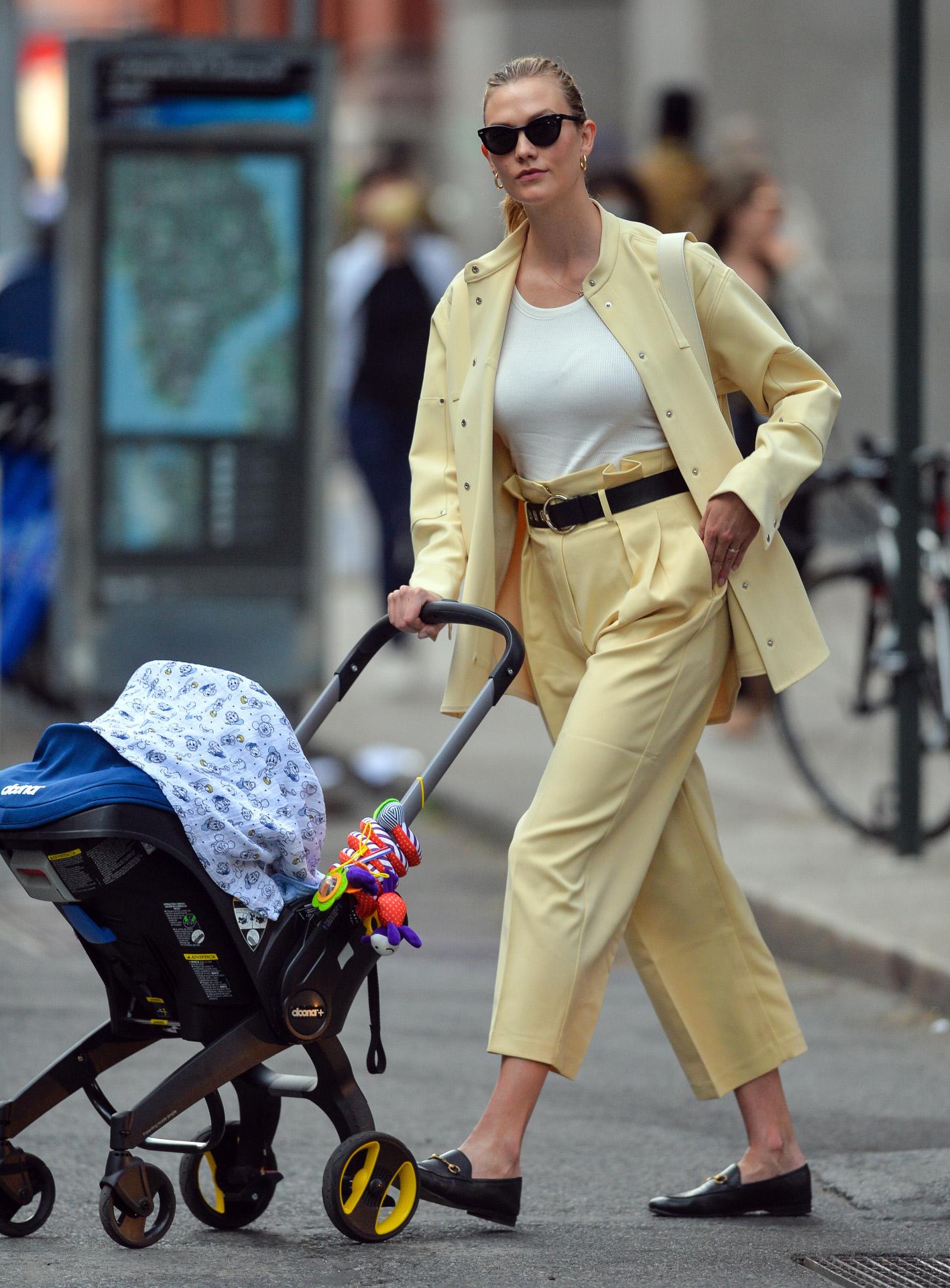 Karlie Kloss con pantalones de pinzas estilo paper bag.