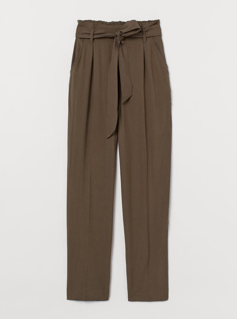 Pantalón con cinturón de H&M.