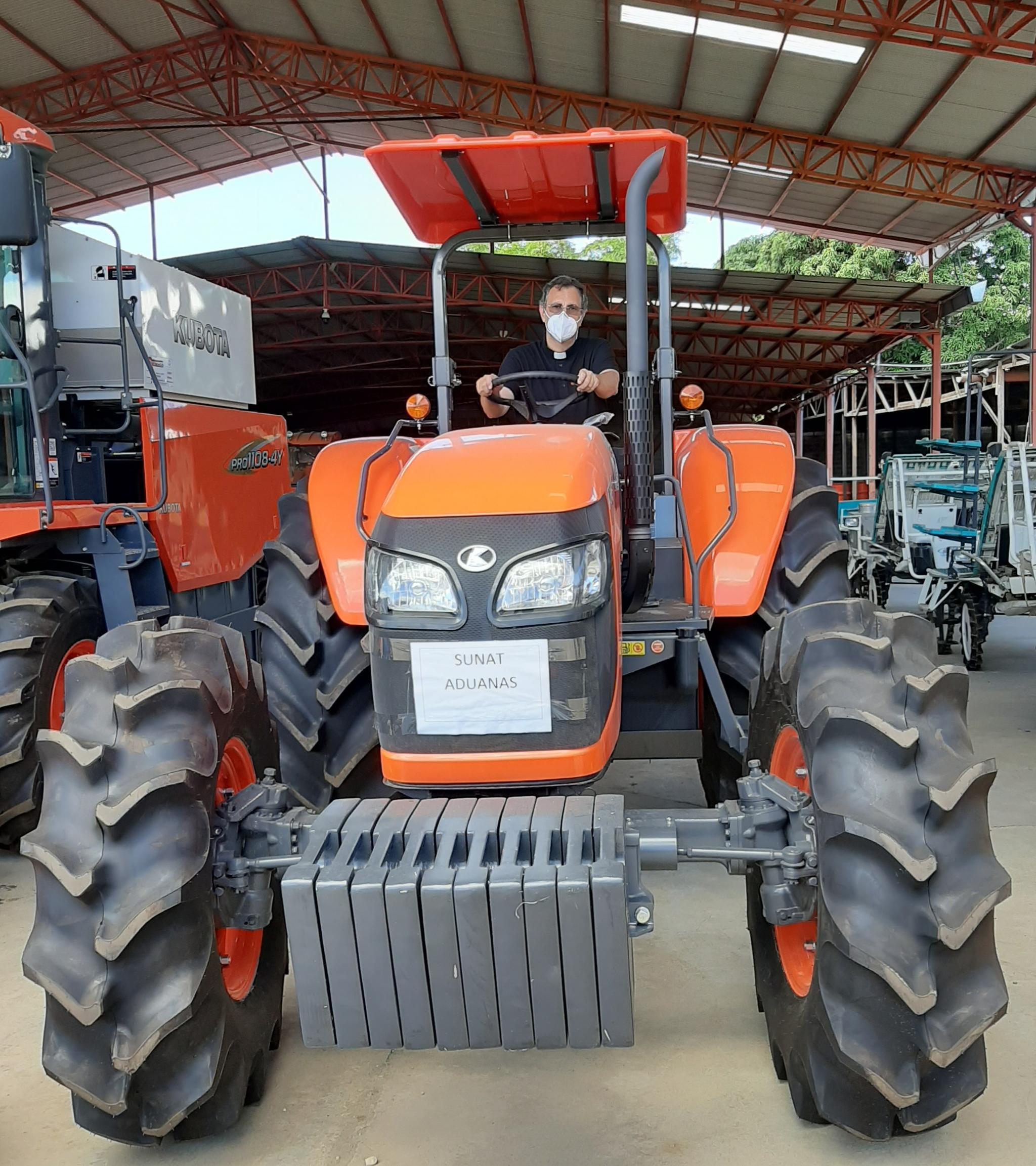 El padre Ignacio con el tractor que adquirió con donaciones la última vez que estuvo en España en 2020.