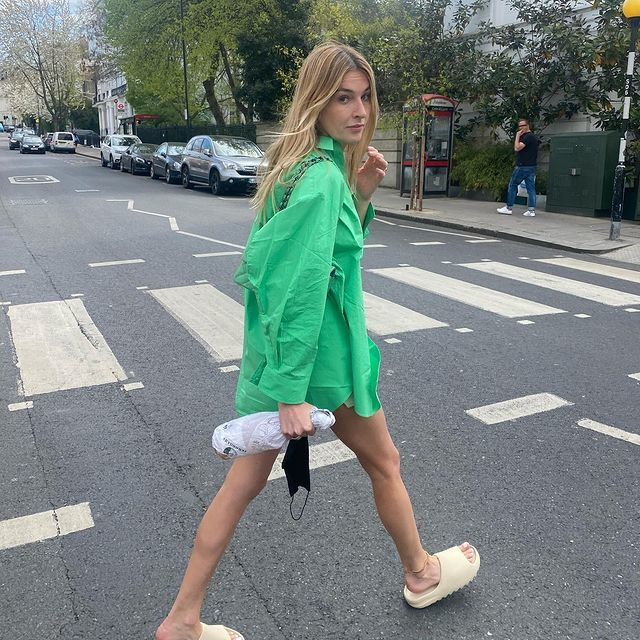 Camille Charriere con sandalias ugly
