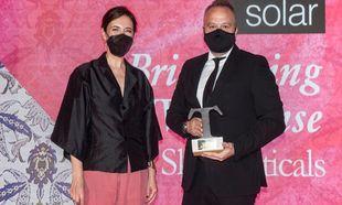 Olga Ruiz, directora de TELVA, entrega el premio a Luis Baladía....