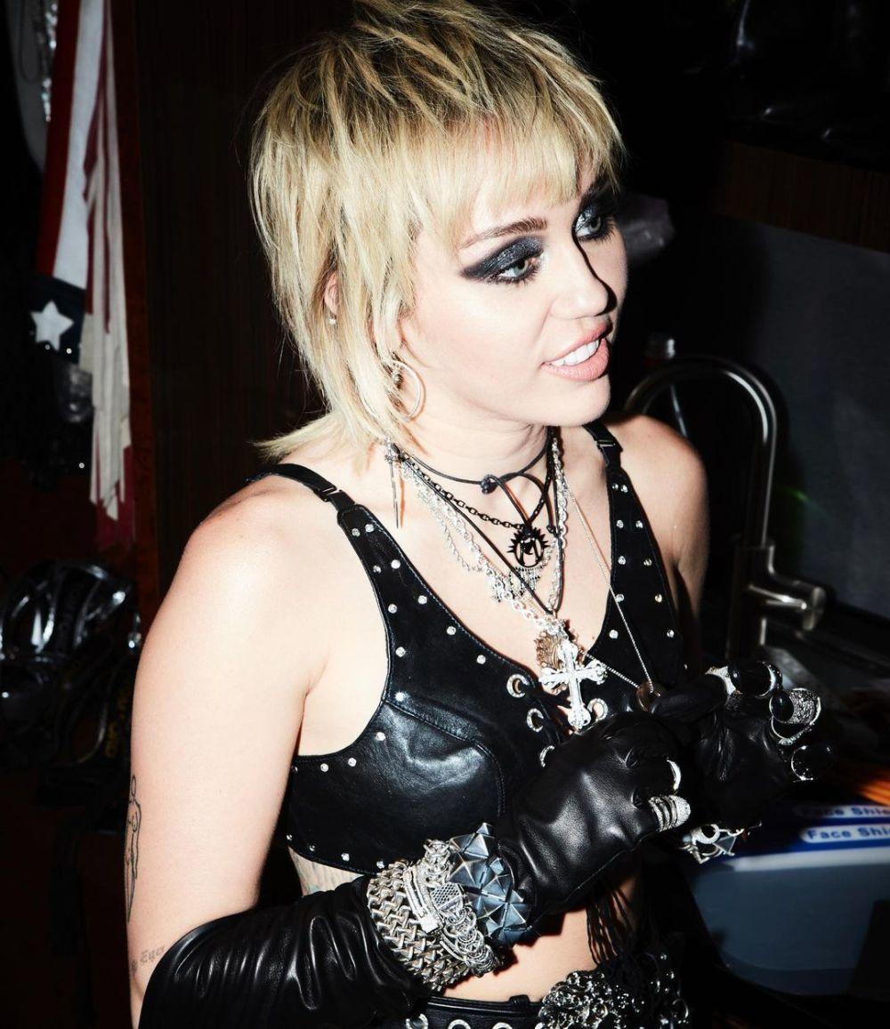 Miley Cyrus con el corte mullet con un rubio polar.