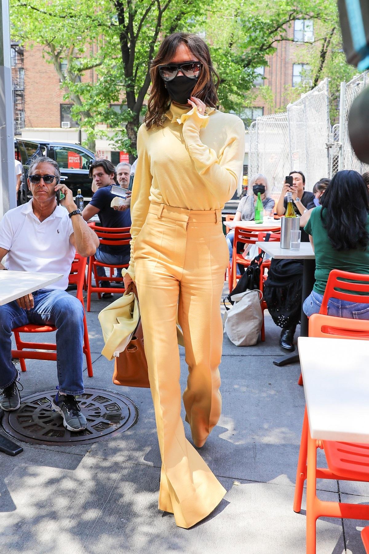 Victoria Beckham con sastre en color amarillo.