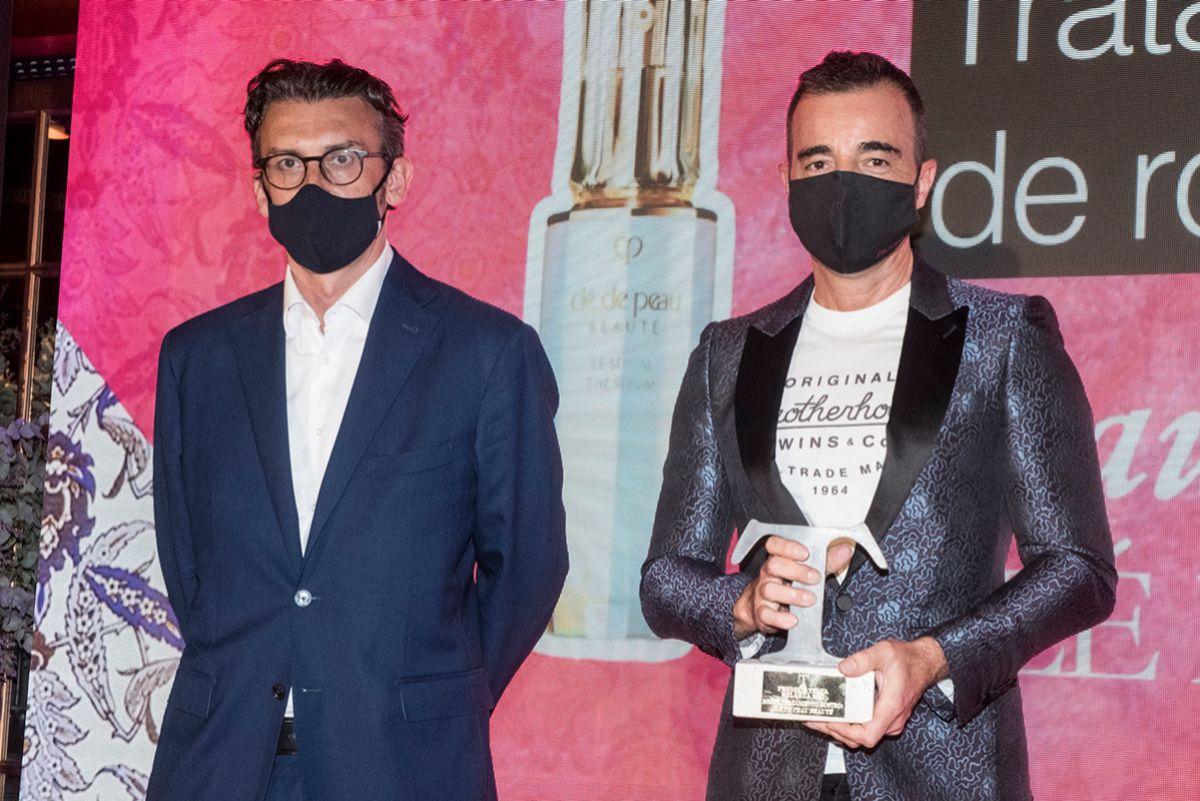 Nicola Speroni,  Director General de Unidad Editorial, entrega el premio a   Frans Reina. Presidente y CEO de Shiseido Group.
