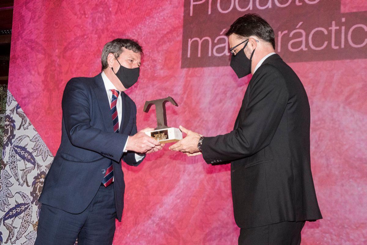 Aurelio Fernández., Director General de Publicaciones de Unidad Editorial entrega el premio a Javier Riaño, Vicepresidente de P&G Beauty España.