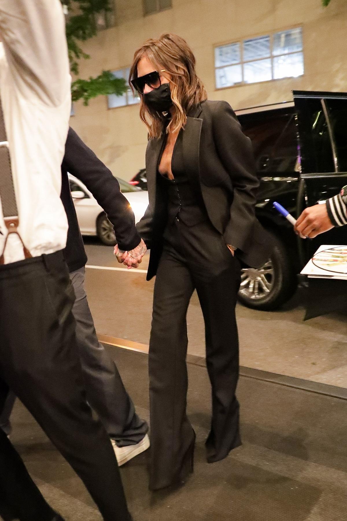 Victoria Beckham con chaleco a modo de top.