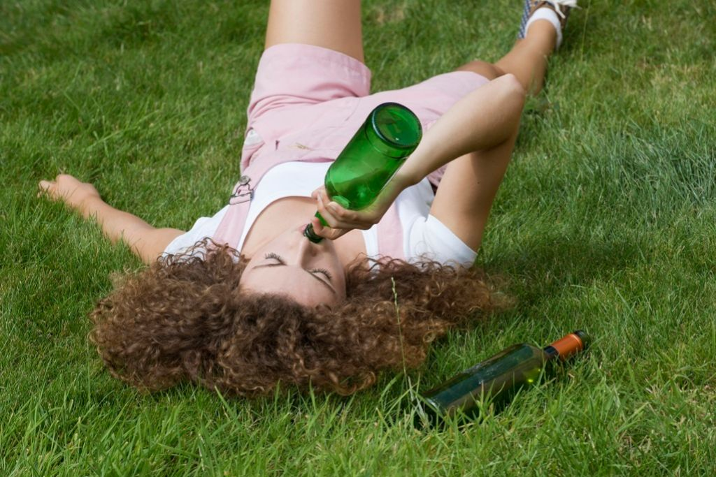 Muchos adolescentes beben solos, sobre todo cuando sufren bullying o aislamiento social.