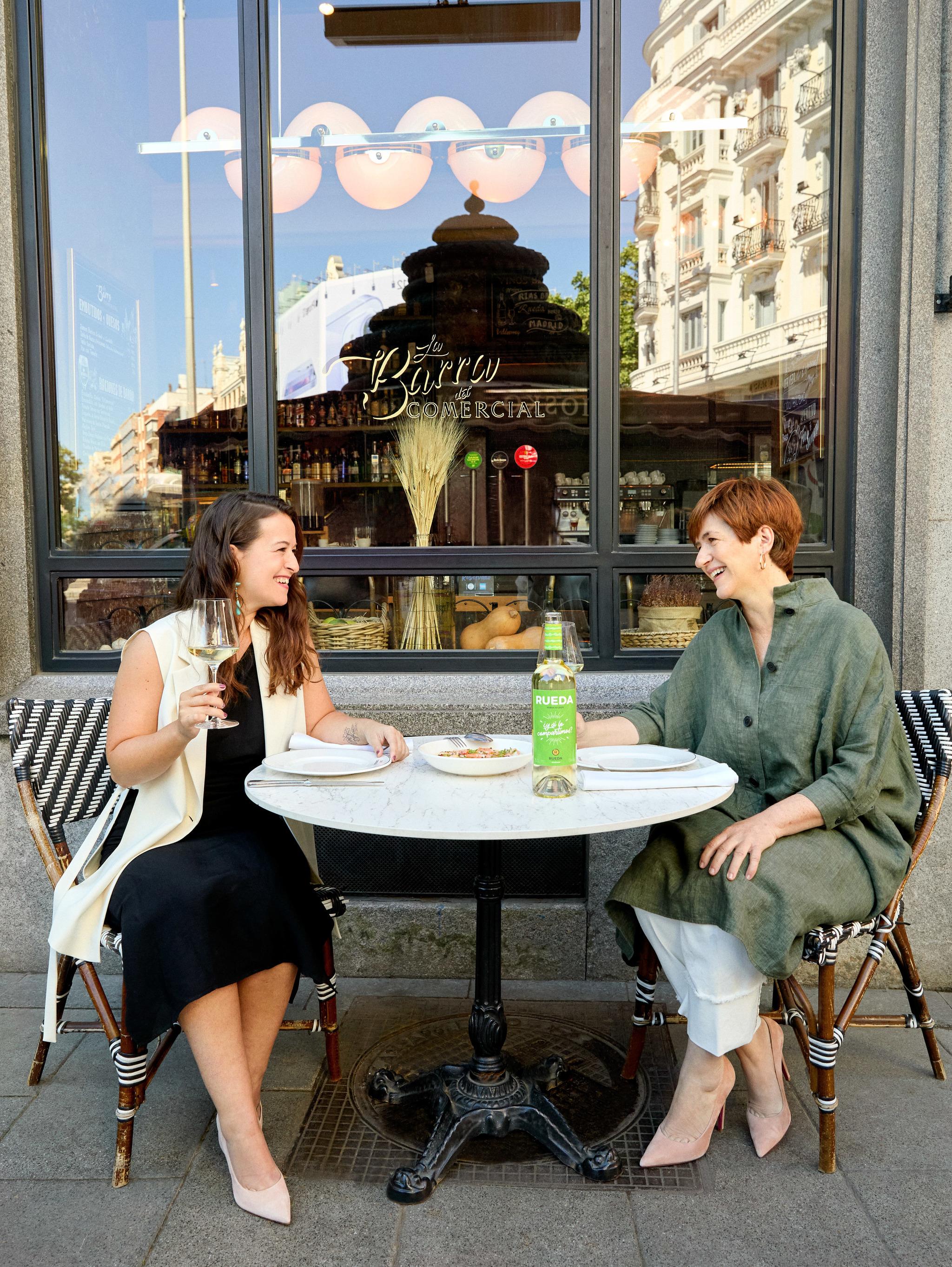 En la imagen, la periodista Laura Sánchez y Ana Lahiguera, enóloga y brand ambassador de la D.O. Rueda.