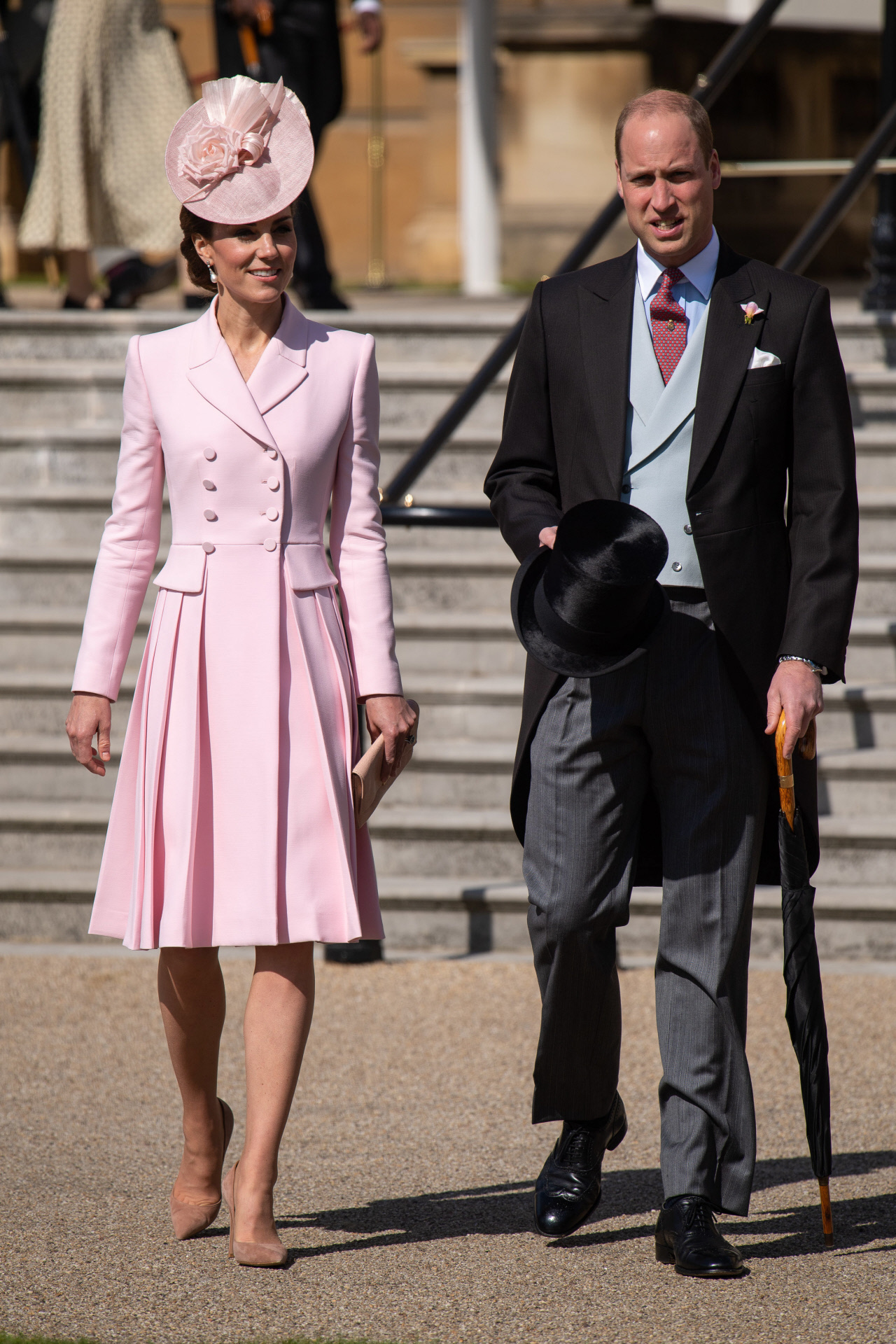 Kate Middleton, con vestido blazer en rosa empolvado, y el príncipe Guillermo, en una fiesta en el Palacio de Buckingham en 2019.