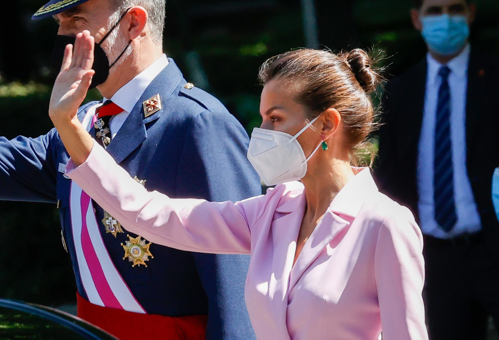 En cuanto al look de belleza, la Reina Letizia se ha decantado por un moño bailarina.