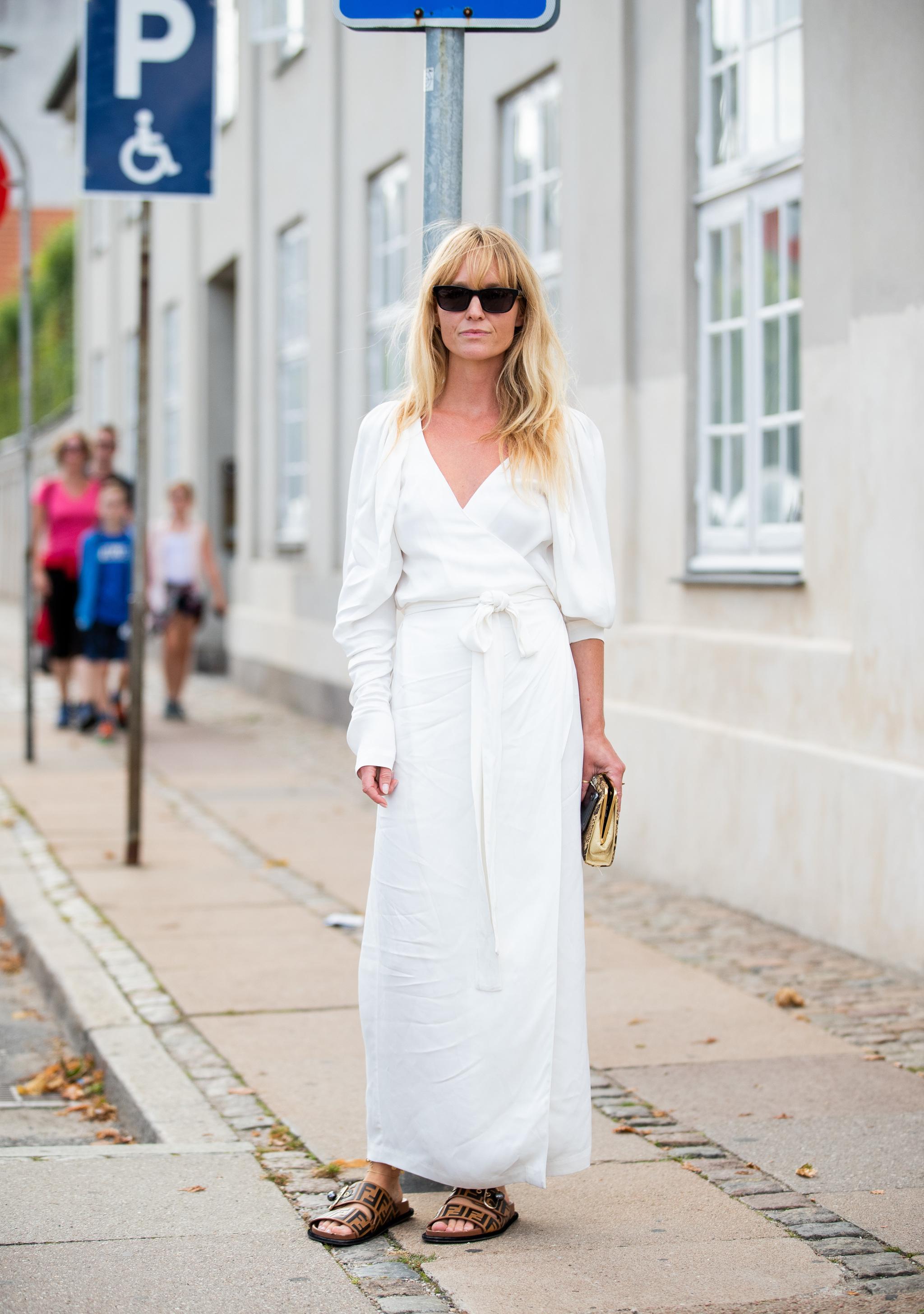 Jeanette Madsen con un vestido blanco.