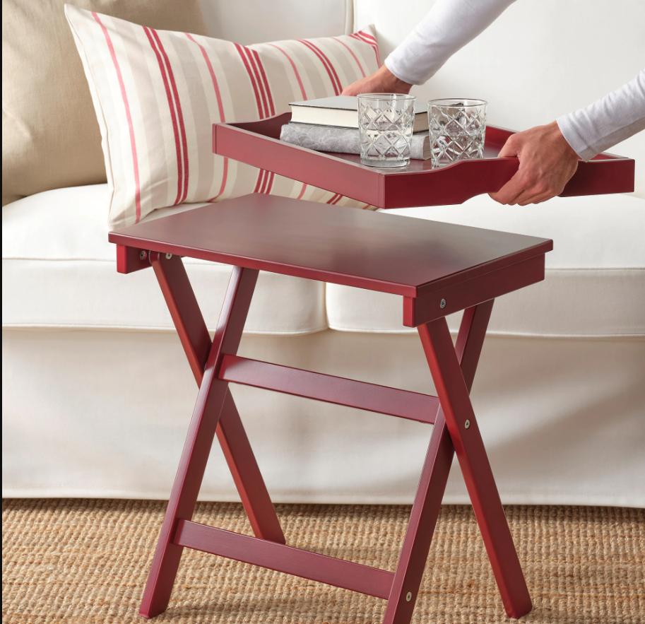 Mesa de madera con bandeja Maryd.