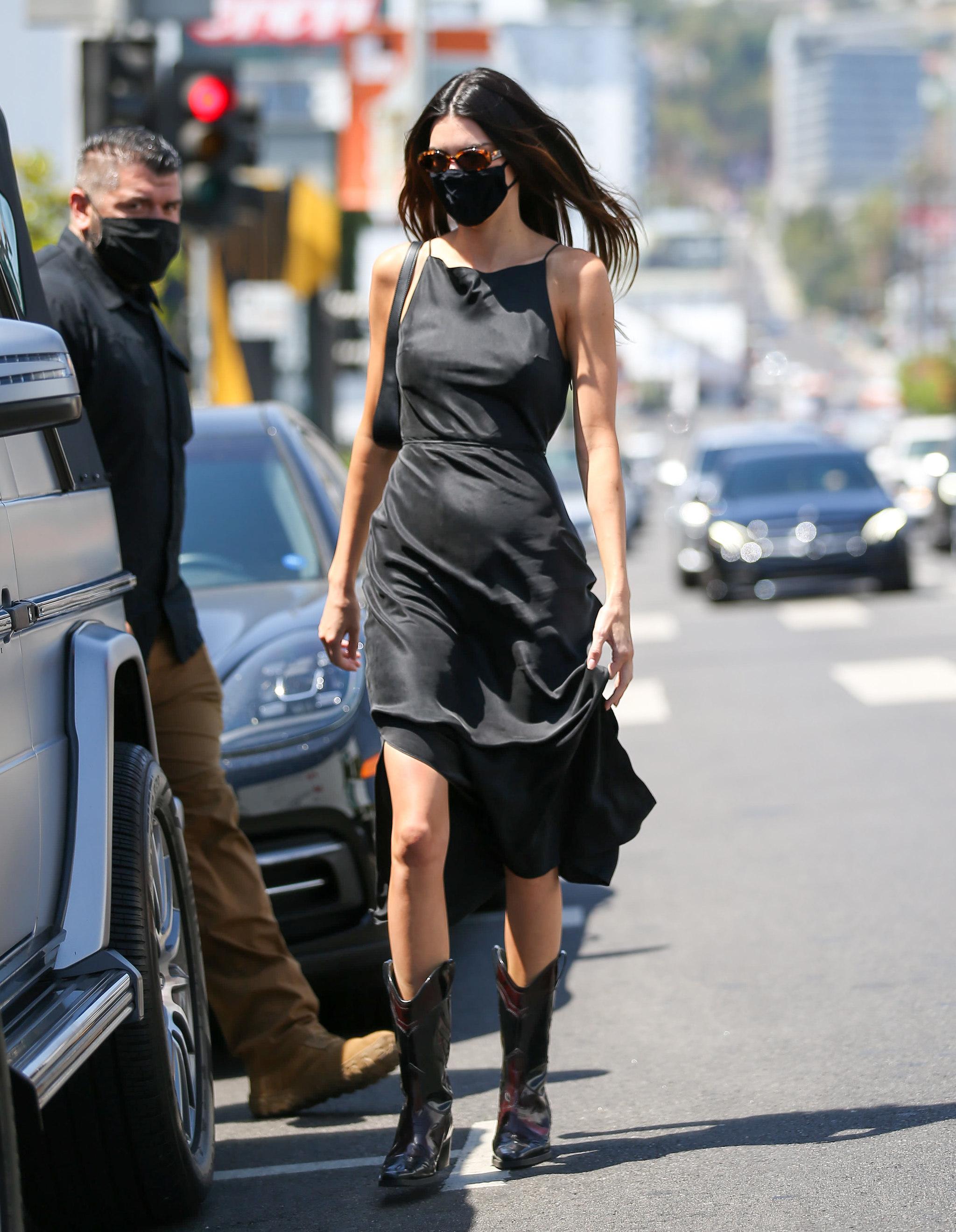 Kendall Jenner con vestido midi negro.