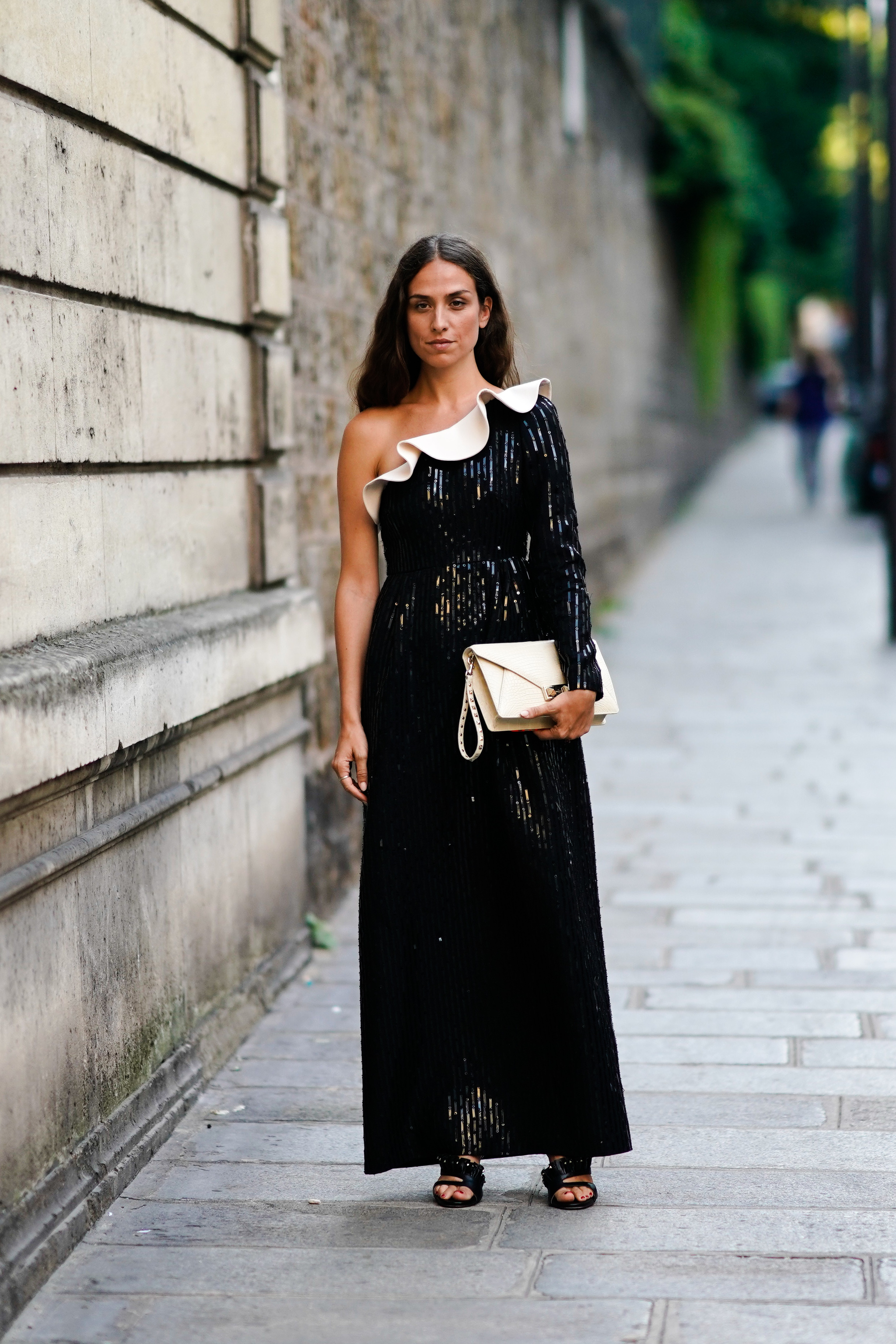 El vestido asimétrico en color negro.