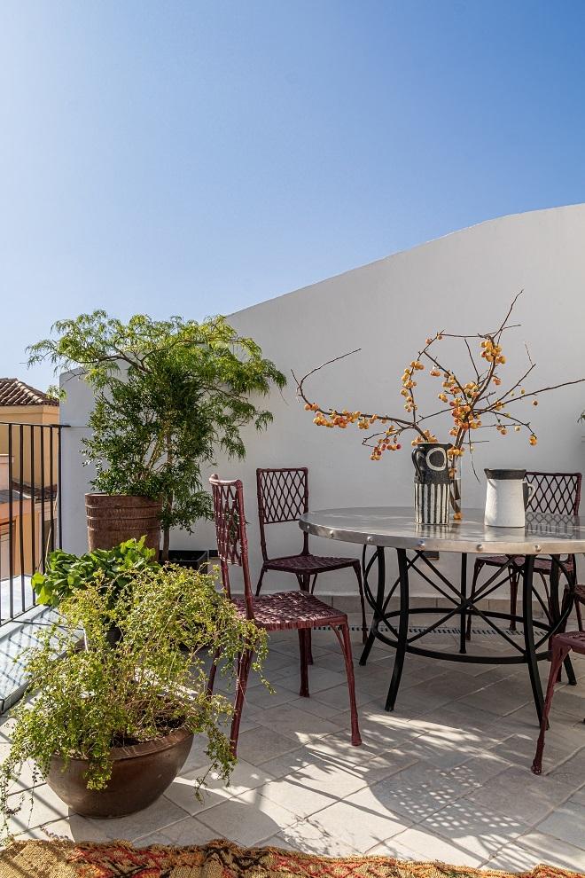 Rincón de la terraza con mesa de comedor.