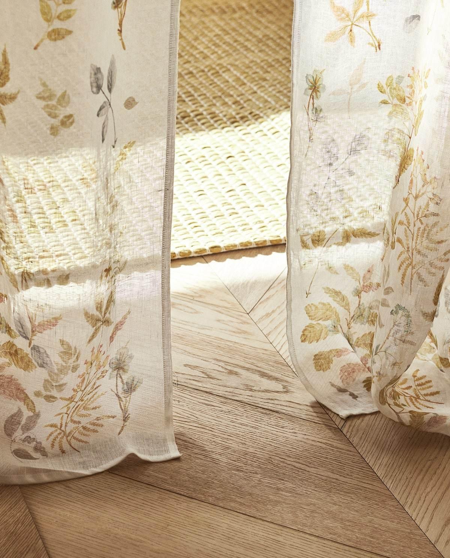 De lino con estampado floral, de Zara Home.