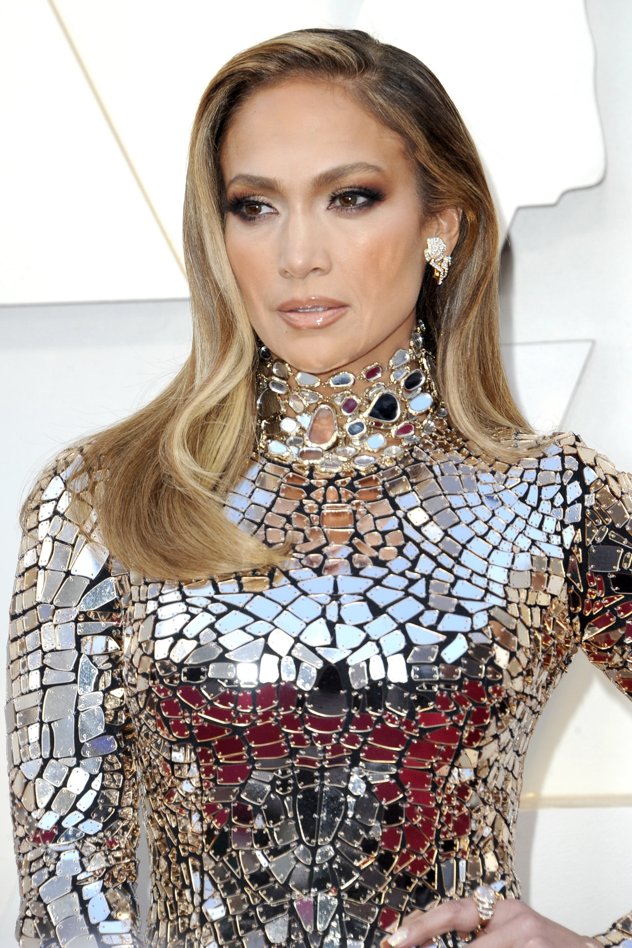 Las mechas de Jennifer Lopez empiezan oscuras en la raíz pero su pelo cambia a mechones caramelo y puntas rubias claras y da como resultado un look muy natural que nos encanta.