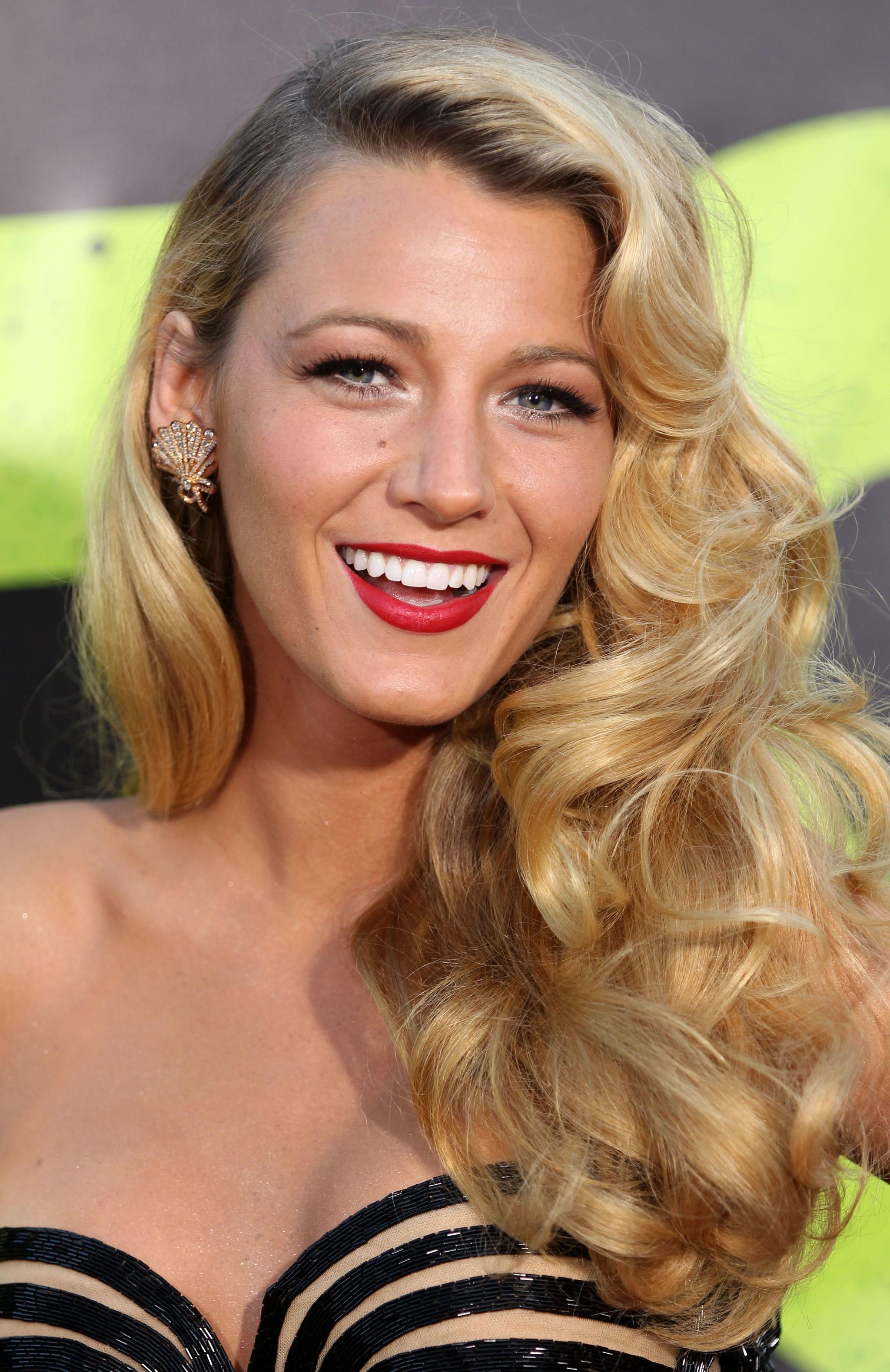 Con unas ondas de diva de Hollywood, Blake Lively nos sorprende haciendo un guiño a los looks de pelo de los años 50.