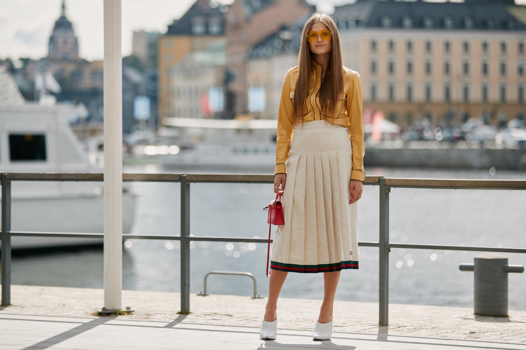 Look retro con falda plisada de Gucci en las calles de Estocolmo.