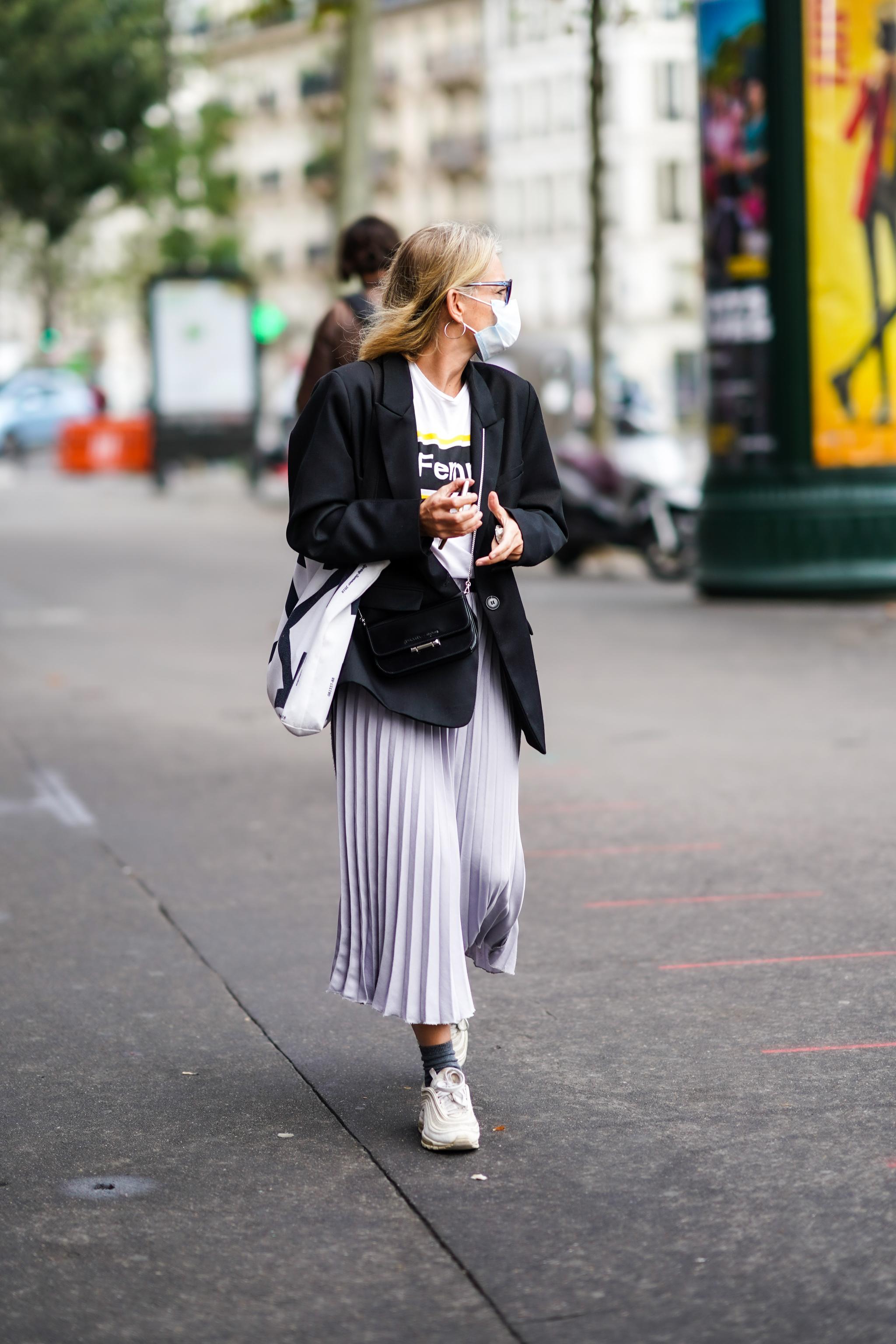 Vimos faldas plisadas en el Street Style de la semana de la moda de París.