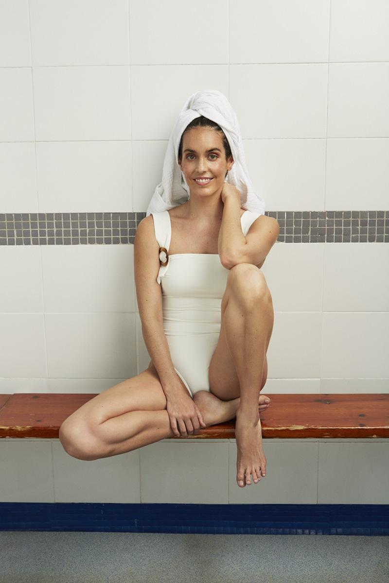 Ona Carbonell con traje de baño de Énfasis para El Corte Inglés y albornoz de Zara Home.