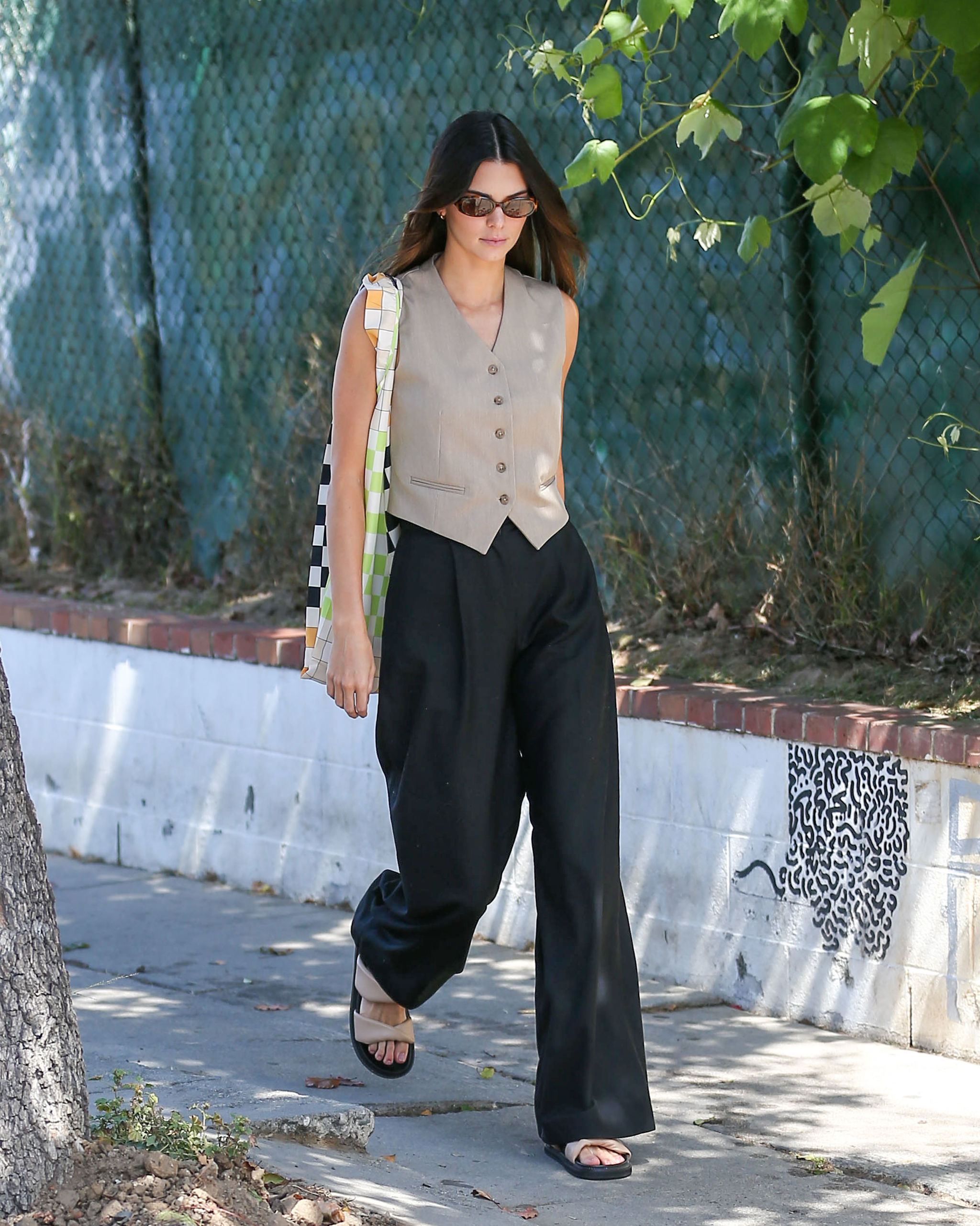 Kendall Jenner con chaleco y pantalones oversize.