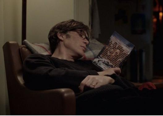 Cilliam Murphy leyendo