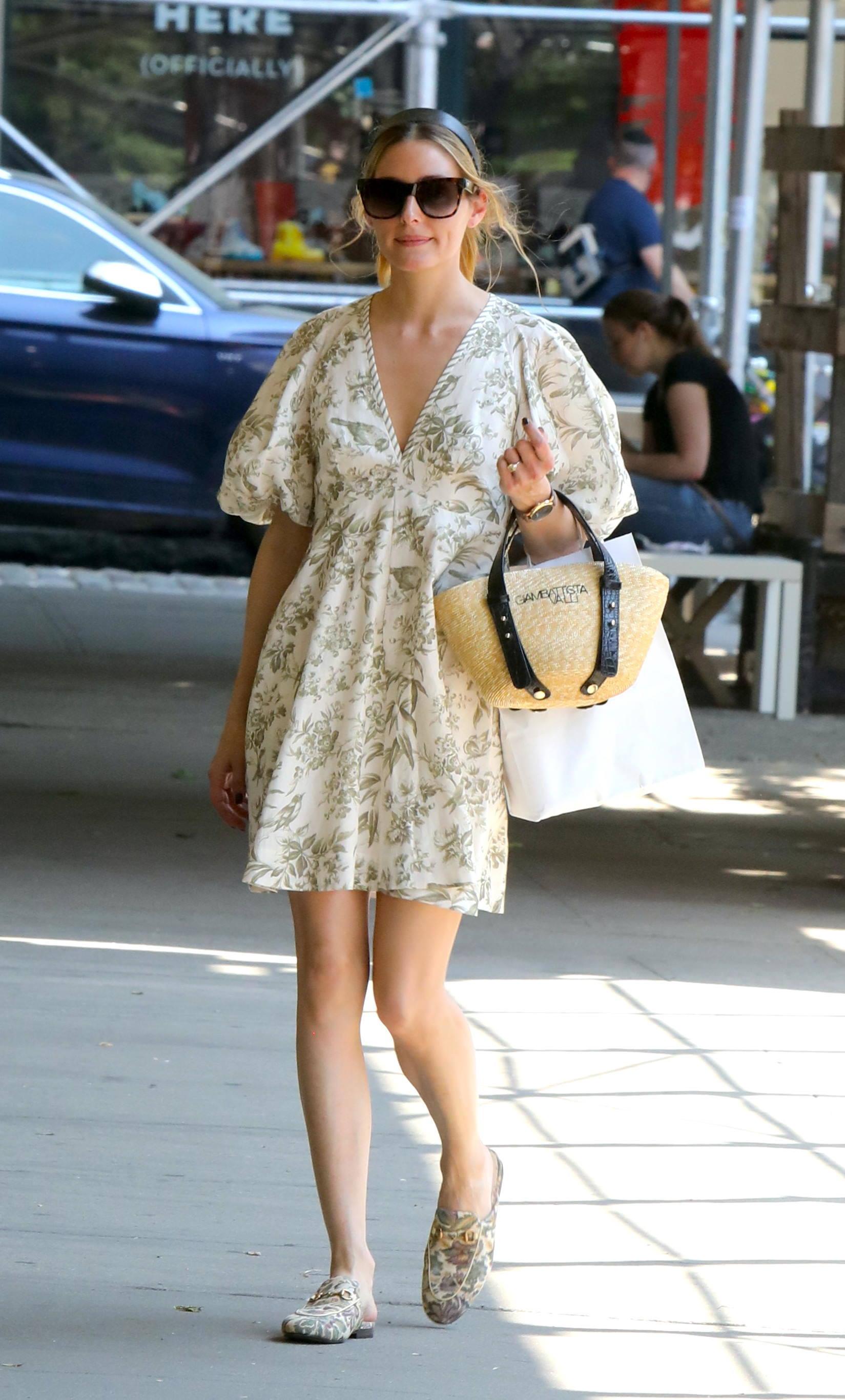 Olivia Palermo con un vestido de flores mini.