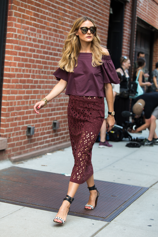 Olivia Palermo con sandalias de tiras cruzadas.