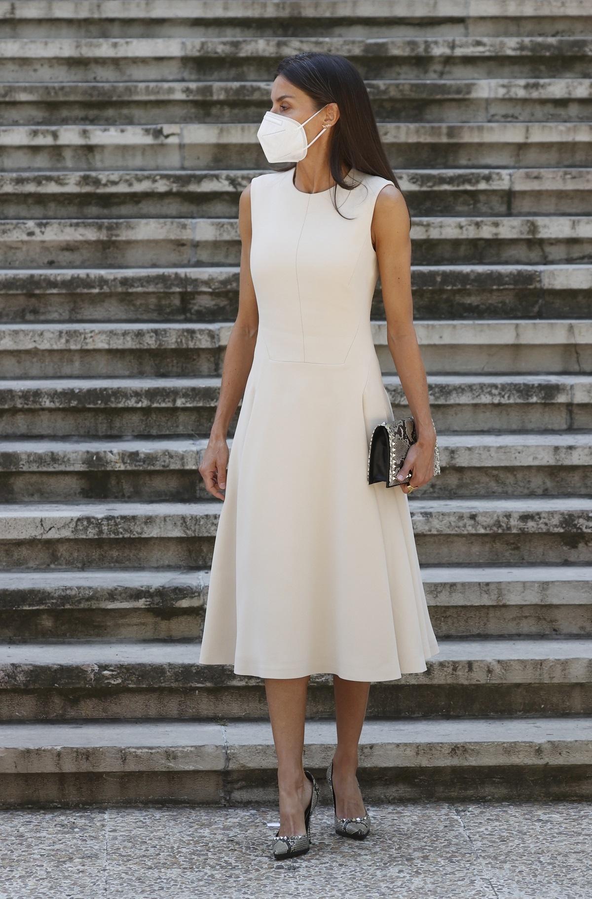 La reina Letizia ha escogido un vestido en color crema de Pedro del Hierro.