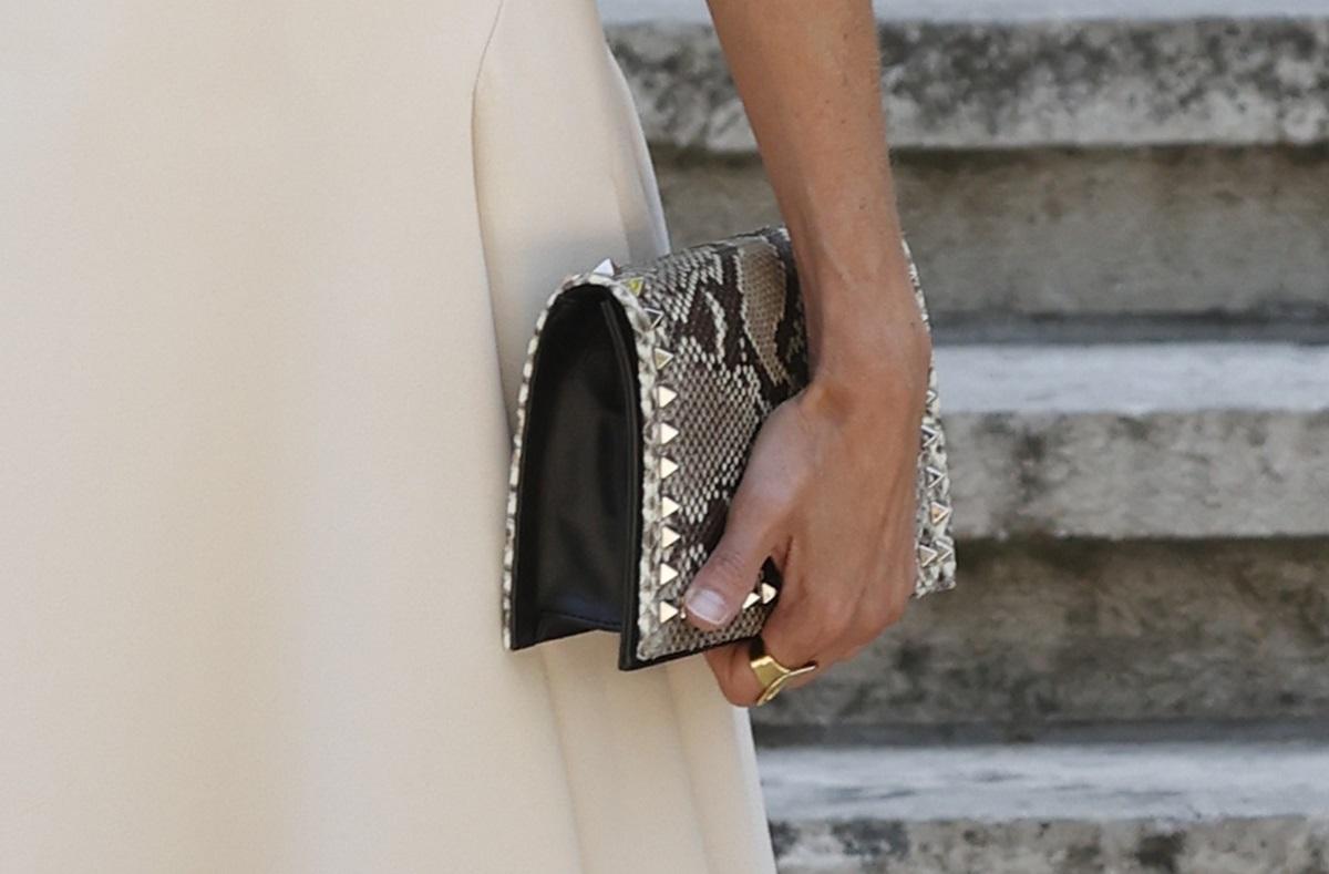 Detalle de la cartera que ha llevado hoy la Reina.
