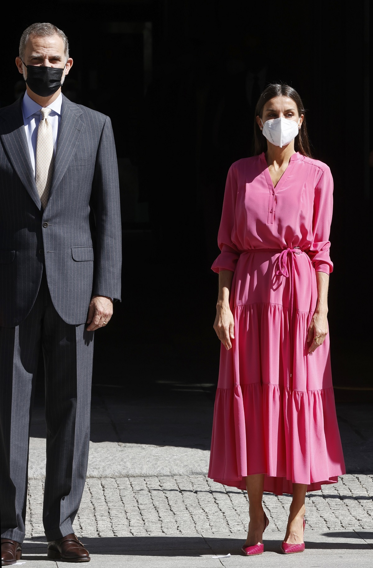 Letizia con un vestido midi en color rosa.