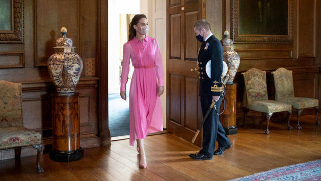 Kate Middleton con un vestido rosa.