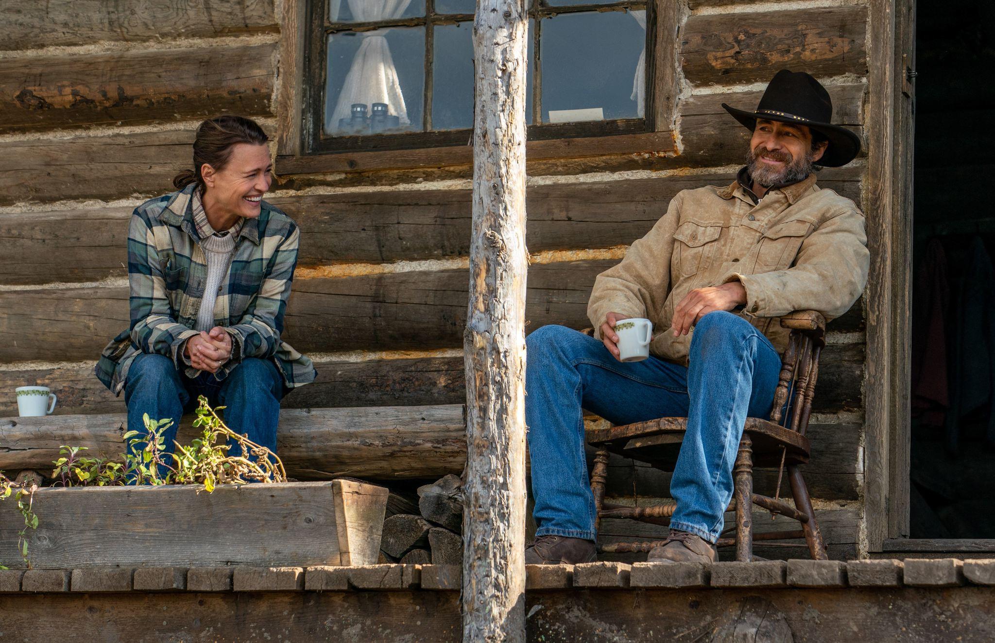 """Eddie Holzer (Robin Wirght) y Miguel Borras (Demián Bichir) entablan una amistad sanadora en la película """"En un lugar salvaje""""."""