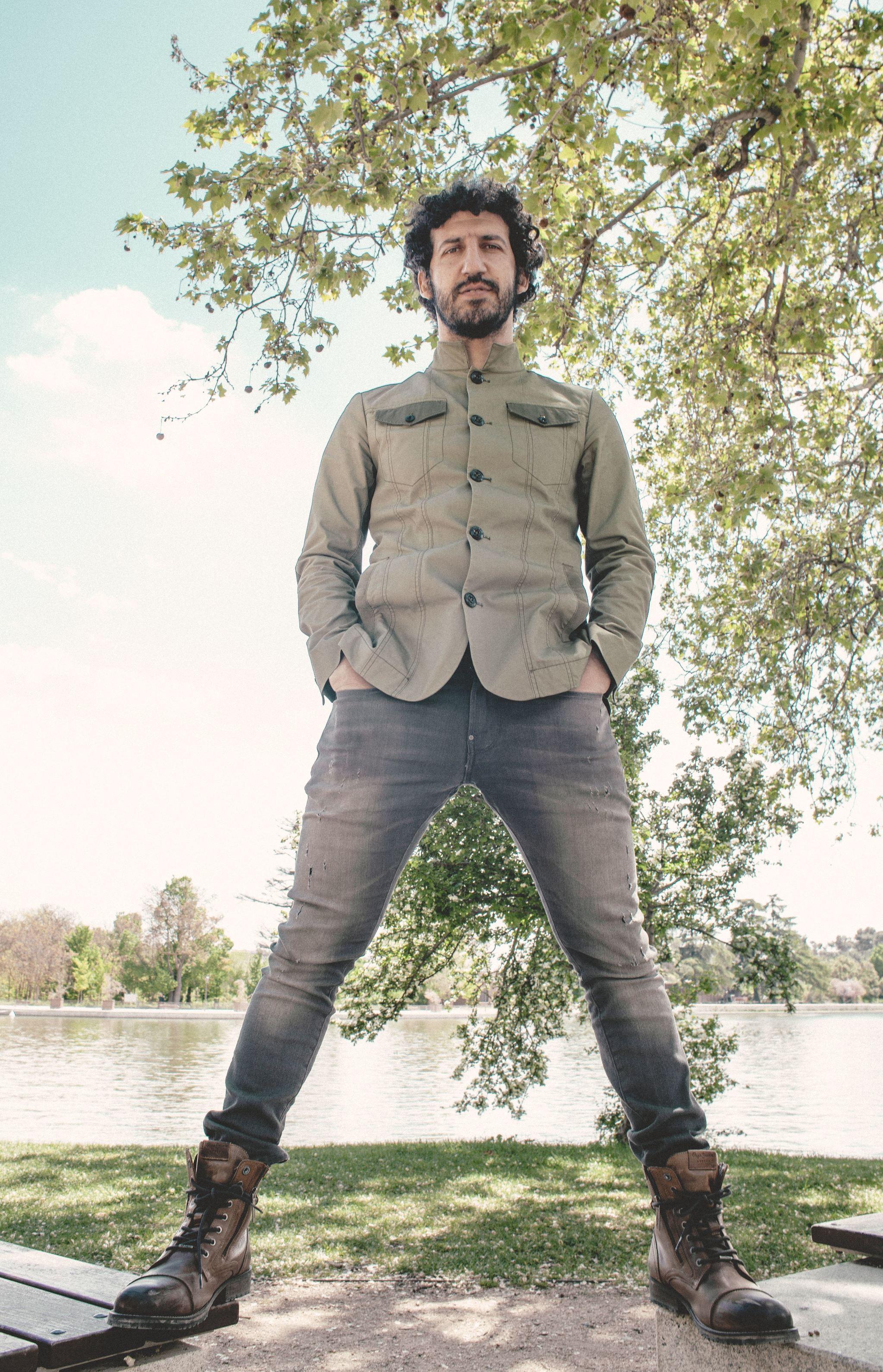 Marwán con look militar posando para TELVA en el restaurante El Ancla del Lago, en la Casa de Campo de Madrid.