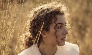 La hidratación es esencial para mantener bonito el pelo rizado.