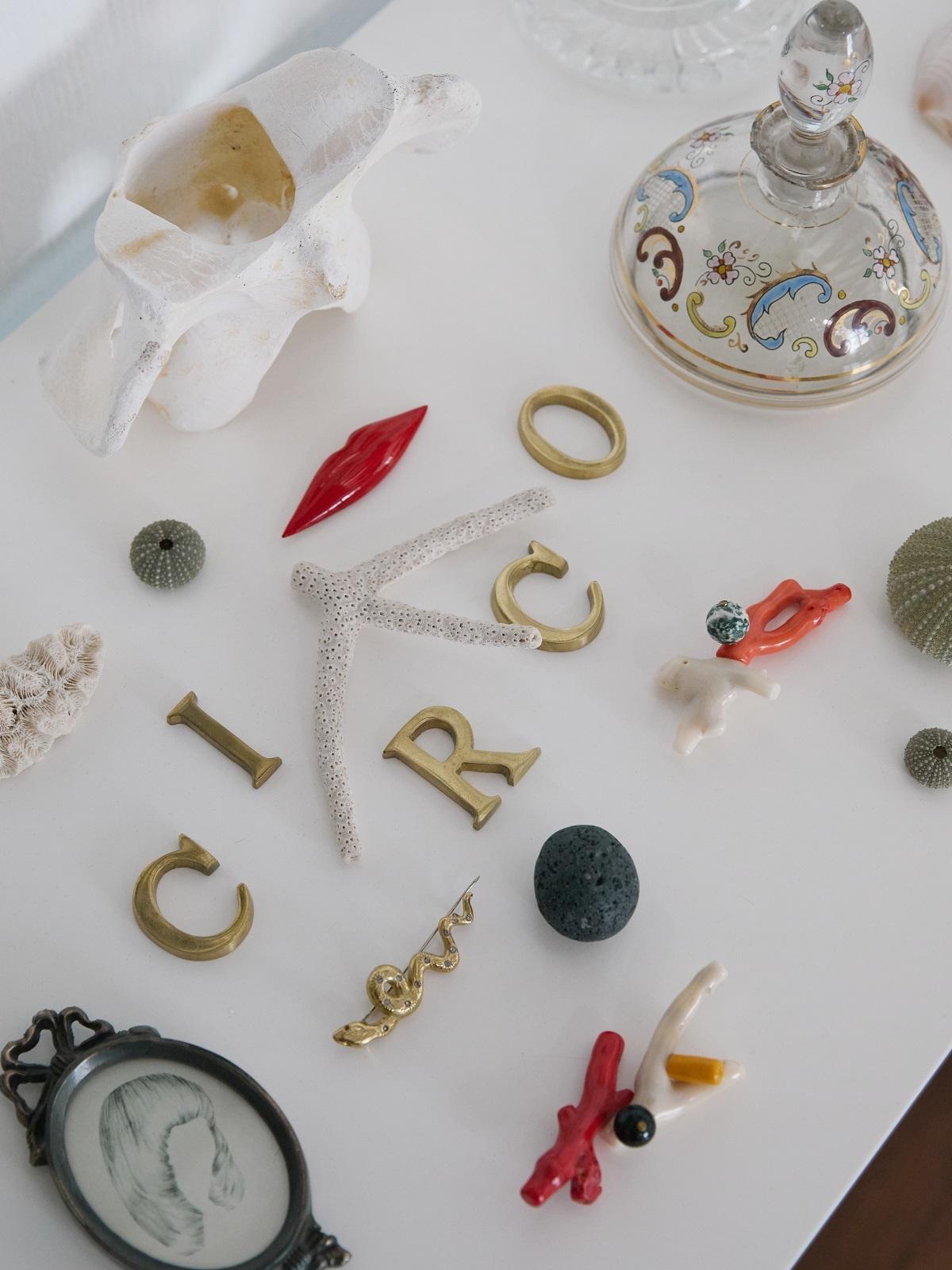 Detalle de las joyas de Almudena.