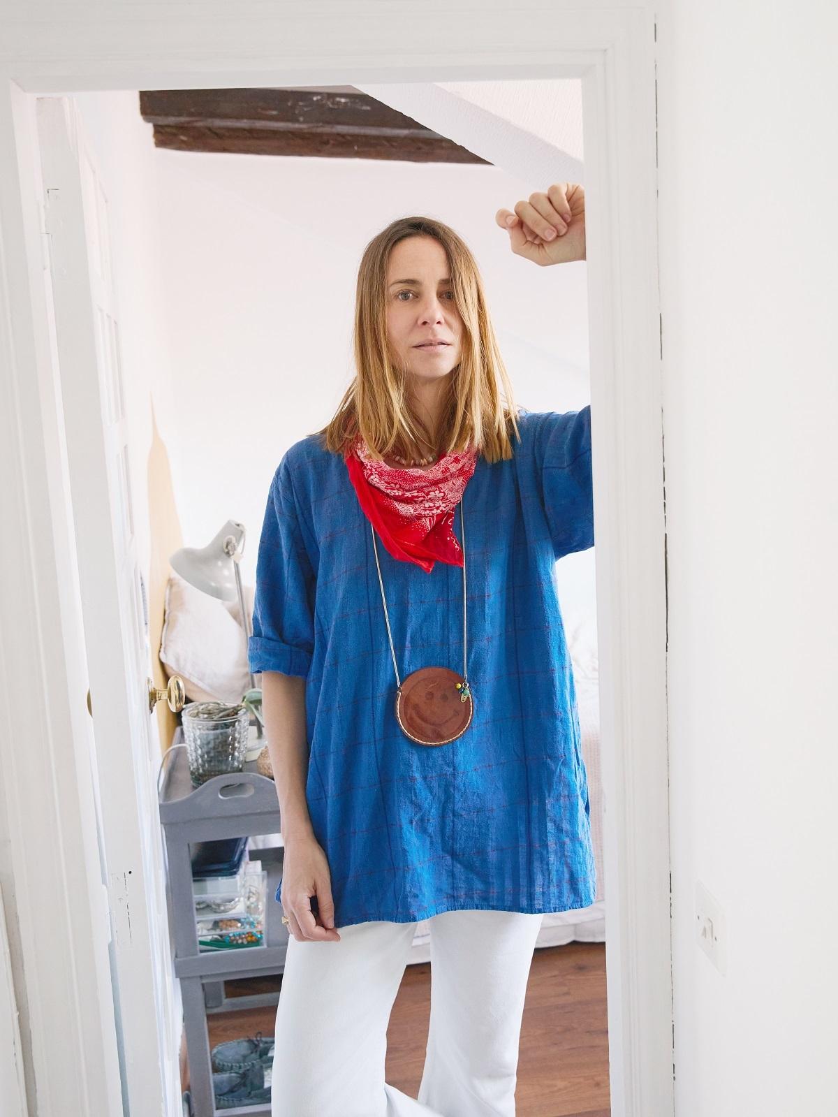 """Almudena con camisa azulona. """"Es de Yellow and Stone de la etapa en Federica and Co, cuando vendía piezas únicas nuevas o antiguas"""""""