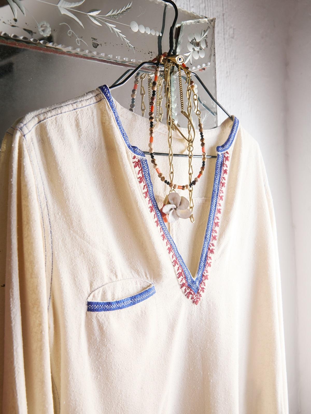 """""""Esta camisa, cruda con escote abierto y bordados es de Isabel Marant (Etoile ) y es de segunda mano"""""""