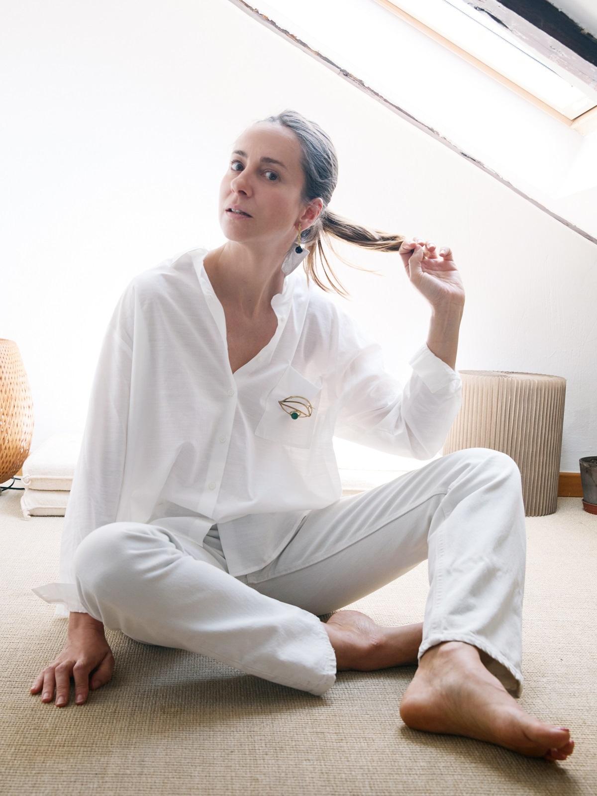 """""""La camisa blanca que llevo con un broche en forma de ojo es de Zubi. Creo que ellas manejan muy bien el concepto uniforme""""."""