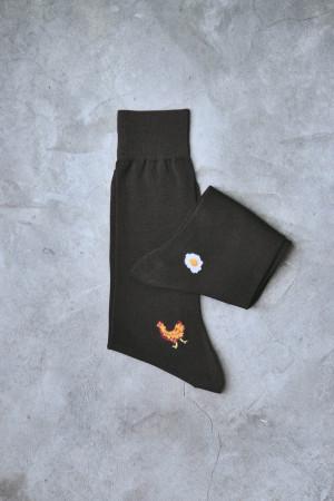 Calcetines de algodón con bordado de gallina y huevo frito, de Calzefratelli (19,50 euros).
