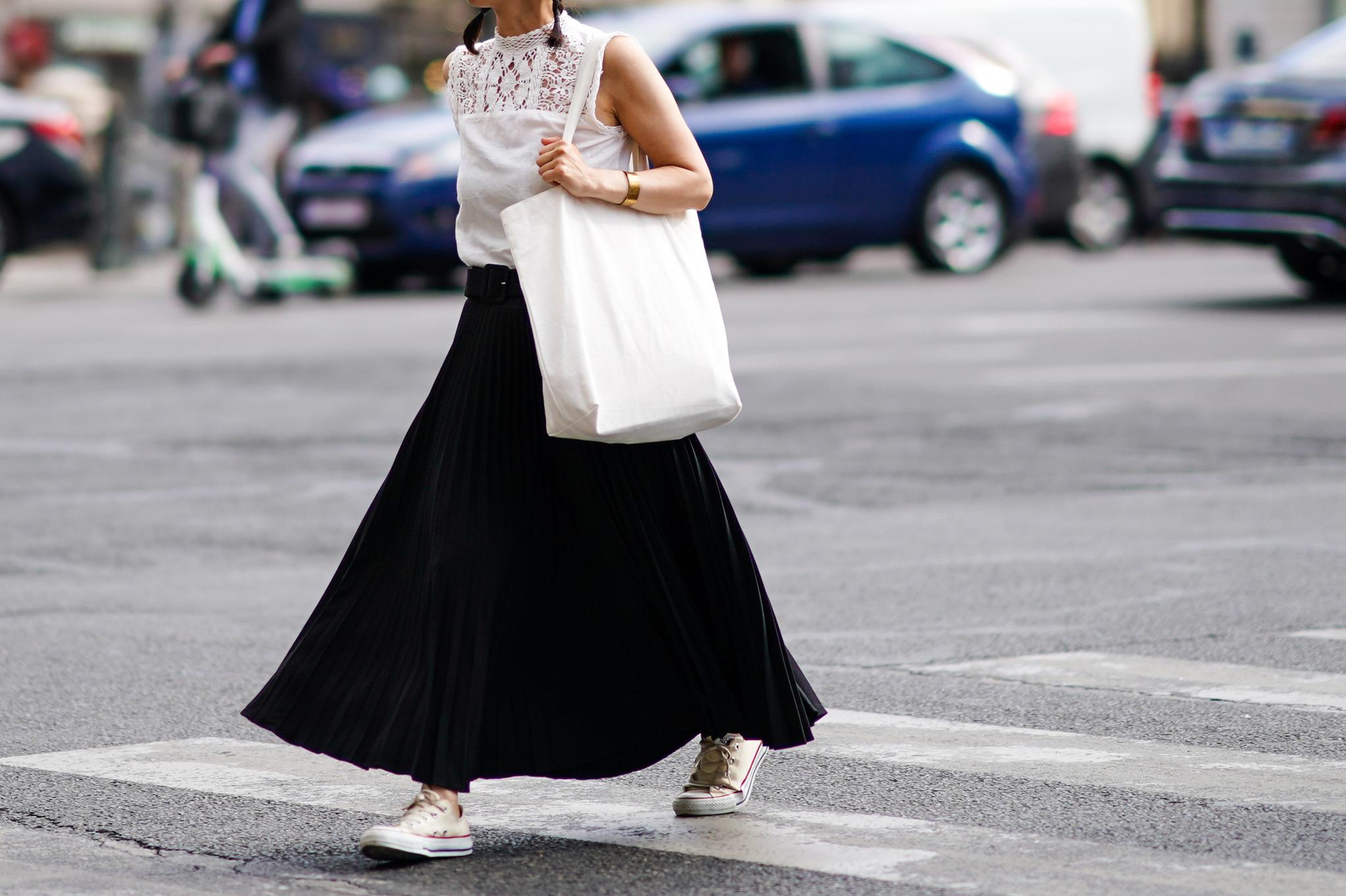Una falda negra midi.
