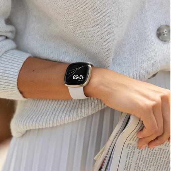 Fitbit Sense es el smartwatch de salud avanzado que te ayuda a conectar con tu salud gracias a sus sensores y herramientas de gestión del estrés.