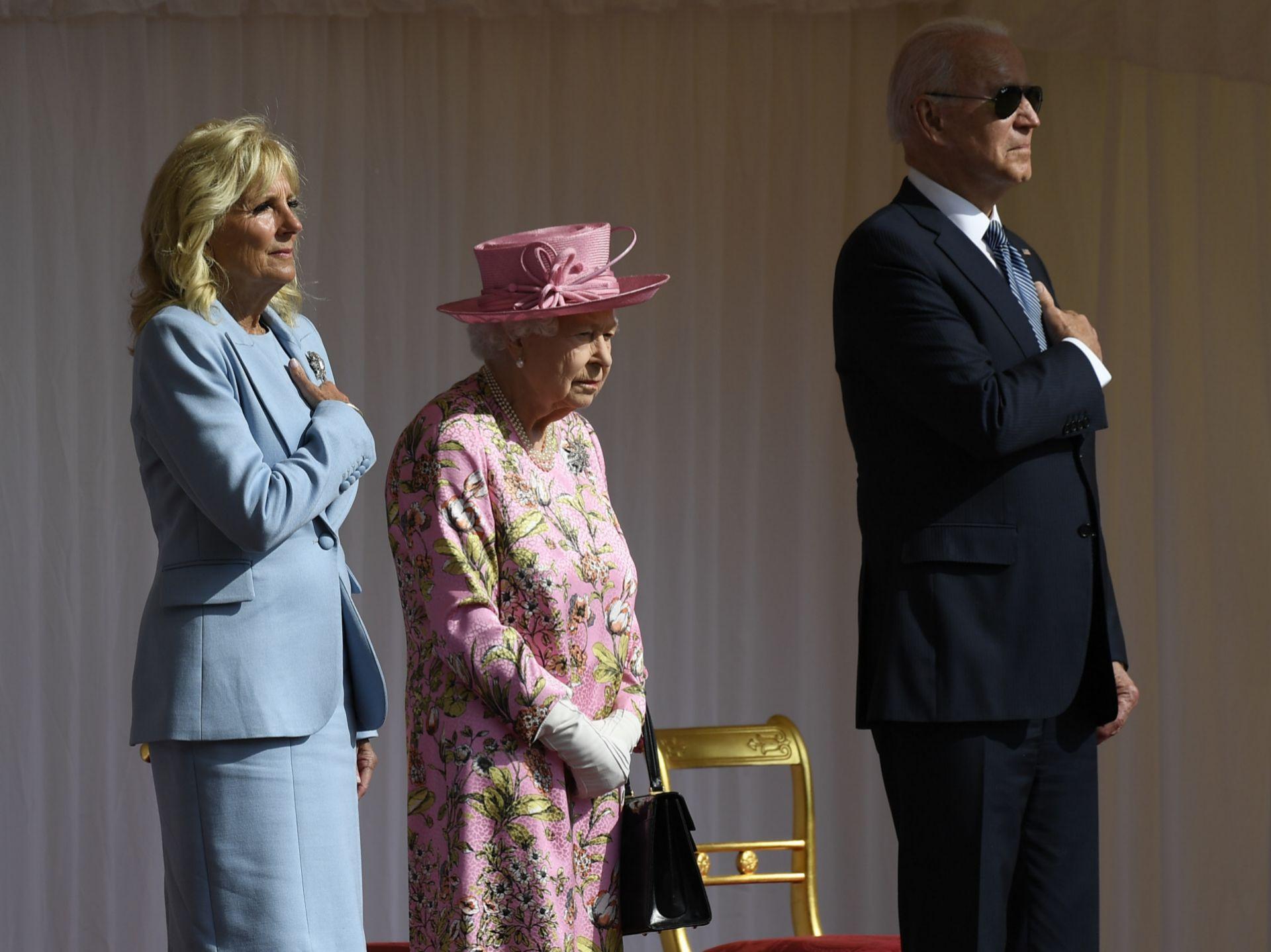 Los Biden y la reina escuchan el himno de los Estados Unidos